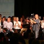 François Bayrou arrive, les caméras s'agitent