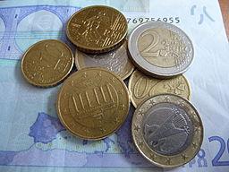 Quelques pièces en Euro posées sur un billet de 20 € / Charles Hirlimann disponible sur Wikimedia commons