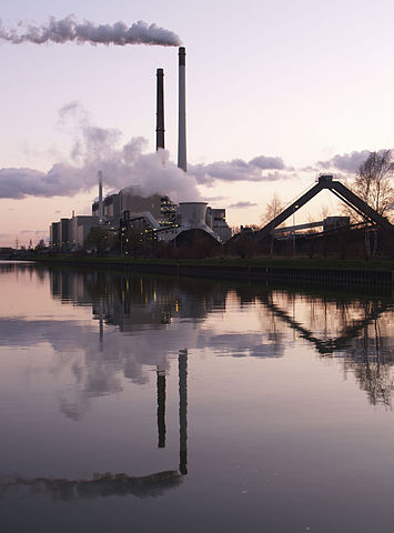 Coal power plant in Datteln (Germany) at the Dortmund-Ems-Kanal  Image by Arnold Paul, disponible sur Wikimedia commons, image sous licence creative commons