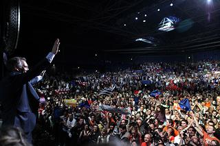 François Bayrou salue la foule à la fin du rassemblement au Zénith de Paris tous droits reservés ©Soazig de la Moissonnière