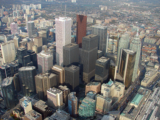 Downtown Toronto from the CN Tower in 2007 par Diego Silvestre. photo sous licence Creative Commons disponible sur Wikimedia Commons.